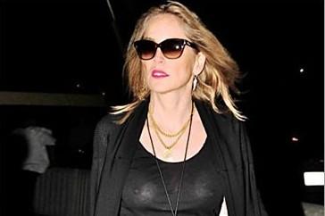 Sharon Stone montre ses seins