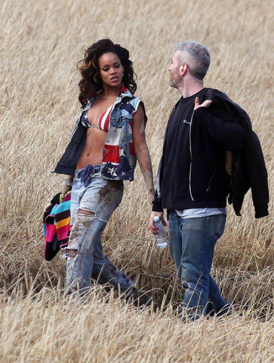 Rihanna montre ses seins